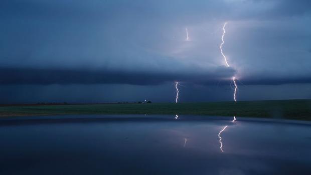 Hạt Lamb County, Texas: Hình ảnh ấn tượng này chụp lại sét đánh từ đám mây xuống mặt đất trong một trận bão lớn vào ngày 9/5/2017.