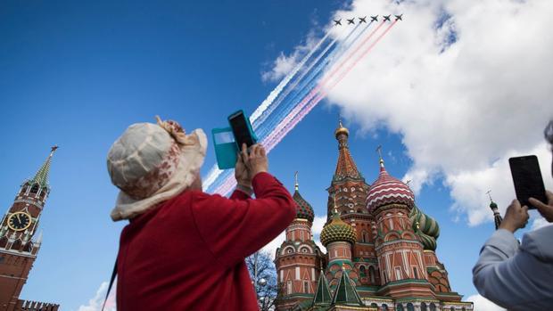 Moscow:Máy bay phản lực Nga bay qua Quảng trường Đỏ trong một buổi diễn tập cho cuộc diễu hành quân sự mừng Ngày Chiến thắng Nazi Đức trong Thế chiến II vào 9/5.