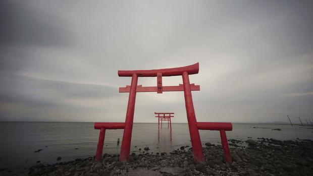 Tara, Nhật Bản: Cổng Torii truyền thống của Nhật Bản trên bờ và hướng ra biển Ariake ở Tara, tỉnh Saga.