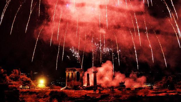 Corinth, Hy Lạp: Pháo hoa trên đền thờ Apollo chào mừng lễ Phục Sinh theo lịch Hy Lạp.