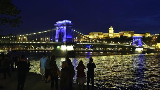 Budapest, Hungary: Các đèn xanh trên cầu Chain Bridge báo hiệu thành phố này đã được chọn để tổ chức giải vô địch bơi lội thế giới FINA năm 2017 vào tháng 7 năm nay.