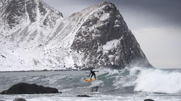 Unstad, Na Uy:là nơi có trường trượt tuyết Unstad Arctic Surf. Đang lướt sóng là Tom Carroll - người lướt ván vô địch thế giới.