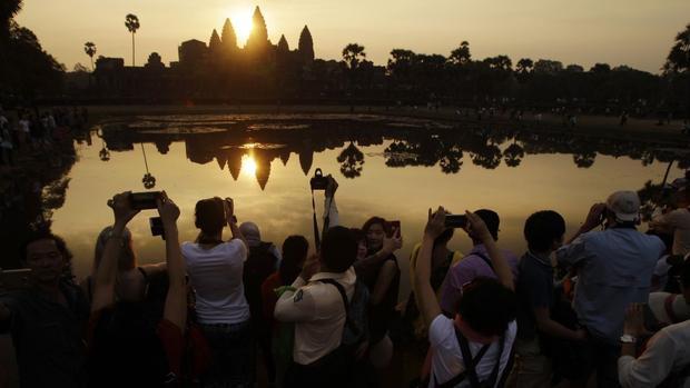 Siem Reap, Campuchia: Di sản thế giới được UNESCO công nhận, Angkor Wat là công trình tôn giáo lớn nhất trên thế giới. Khu đền thờ rộng 150.000 m2 được xây dựng thờ thần Vishnu bởi vua Khmer Suryavarman II vào đầu thế kỷ 12.