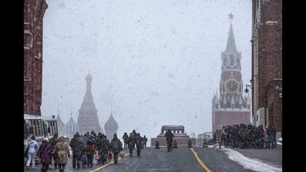 Moscow: Quảng trường Đỏ ở Mátxcơva trong tuyết rơi vào tháng 2. Nhà thờ St Basil xuất hiện bên trái và tháp Spasskaya của Kremlin nằm bên phải.