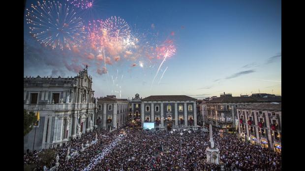 Catania, Italy: Các đám đông tụ tập tại Catania vào ngày 5/2 để tổ chức một lễ hội tôn giáo kỷ niệm Saint Agatha, một người tử đạo và vị thánh bảo trợ của thành phố.