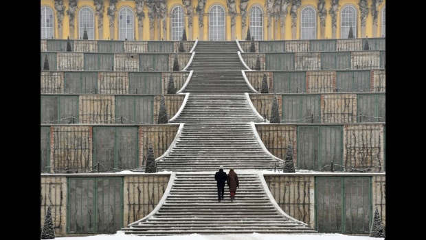 Potsdam, Đức: Sanssouci là cung điện mùa hè của Frederick Đại đế, vua của Phổ từ năm 1740 đến năm 1786. Nó được xây dựng theo phong cách Rococo và được coi là câu trả lời của Đức đối với Cung điện Versailles của Pháp.