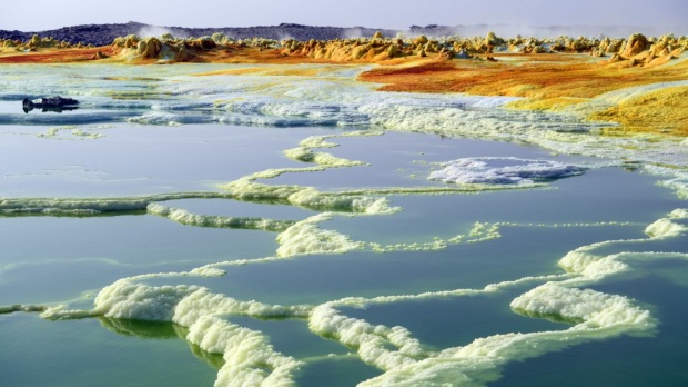 Dallol, Êtiôpia: Một hồ chứa lưu huỳnh trong cuộc khủng hoảng Danakil của Ethiopia. Ở 100 mét dưới mực nước biển, đó là một trong những nơi nóng nhất trên trái đất. Nhiệt độ ở đây đã đạt đến mức 125 F (51,6 C).