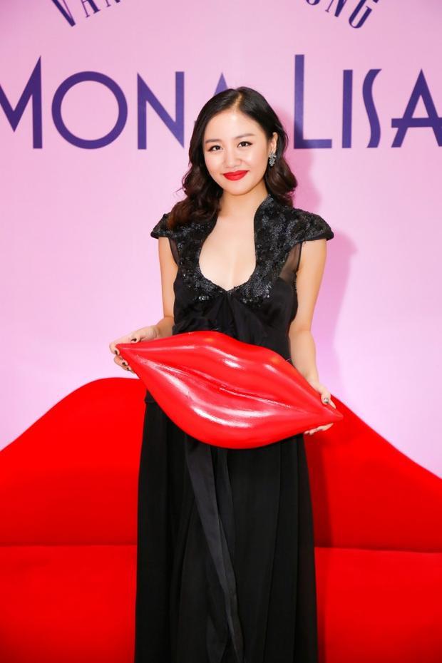 Ở độ tuổi 23, Văn Mai Hương cũng thường tự biến mình thành quý bà già giặn, chiếc đầm đen với cổ khoét táo bạo cùng màu son đỏ chói không những trông như đầm ngủ mà còn vô cùng không phù hợp với độ tuổi xuân xanh của cô.