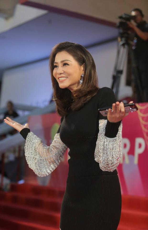 Thu Minh khiến nhiều khán giả có mặt cũng như theo dõi MAMA qua Livestream chương trình trầm trồ khi diện chiếc đầm ôm sát đầy quyến rũ, cũng như kiểu tóc trẻ trung và tươi mới.