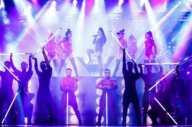 Hơn 1 tuần trước khi lễ trao giải diễn ra, giọng caEm không là duy nhấtđã cùng vũ đoàn tập luyện liên tục suốt nhiều ngày liền.