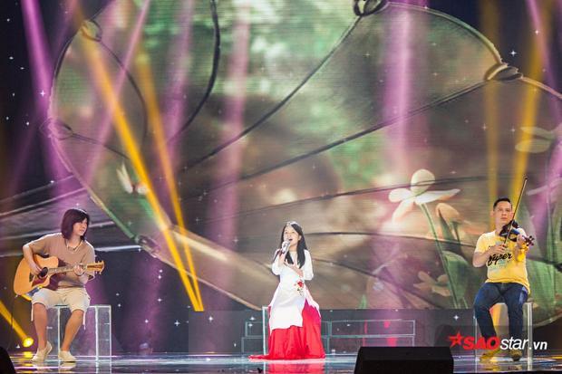Hồng Thư trình bày ca khúc được đệm đàn bởi 2 nhạc công Dũng Guitar và Violong Hy Đạt.