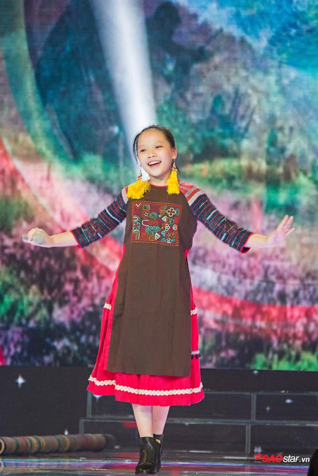 Hoài Ngọc hoá thân thành cô nàng dân tộc trong một ca khúc tiết tấu khoe chất giọng cao vút.