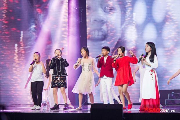 """Tiết mục đặc biệt là phần hoà ca của top 6. Mỗi thành viên đã sẵn sàng hát hết mình với tinh thần """"chiến binh""""."""