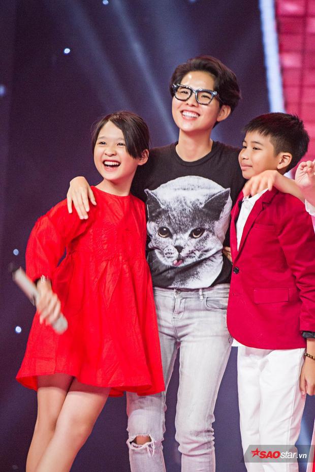 HLV Vũ Cát Tường hòa giọng cùng 2 học trò Ngọc Ánh và Đình Tâm trong một sáng tác của chính cô cùng với phần đệm đàn piano.