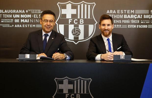 Messi (phải) sẽ tiếp tục gắn bó với Barca tới tháng 6.2021.