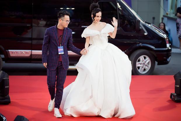Lễ trao giải MAMA 2017 (Mnet Asian Music Awards) lần đầu được tổ chức tại Việt Nam vào ngày 25/11, tại TP.HCM. Angela Phương Trinh góp mặt với vai trò khách mời. Nữ nghệ sĩ diện đầm trắng hở vai xuất hiện gây chú ý trên thảm đỏ sự kiện.