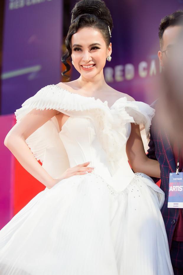 """Diện bộ trang phục do NTK Nguyễn Tiến Truyển """"đo ni đóng giày"""", nữ diễn viên Glee tự tin khoe sắc. Phương Trinh là một trong những ngôi sao xuất hiện ấn tượng tại sự kiện quy tụ dàn sao châu Á."""