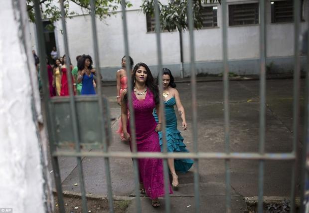 Khi tham gia, các nữ tù nhân cũng diện những trang phục lộng lẫy và trang điểm xinh đẹp như bao cuộc thi sắc đẹp khác.