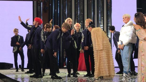 Các thành viên trong nhóm Seventeen lễ phép cúi chào Tóc Tiên trên sân khấu sau khi chương trình kết thúc.