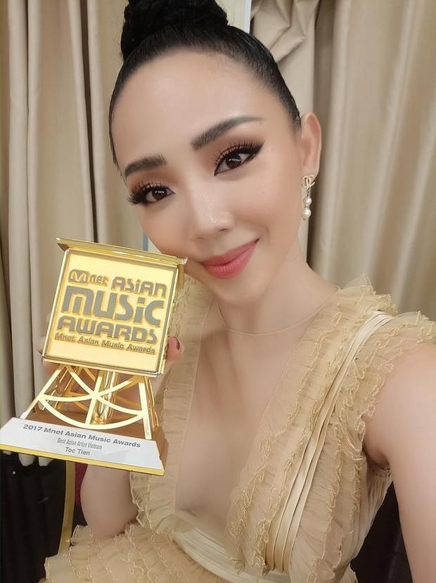 Tóc Tiên selfie với giải thưởng quốc tế đầu tiên trong sự nghiệp ca hát của mình.
