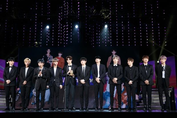 Wanna One dành giải Best Of Next tại MAMA Premiere In Vietnam 2017.