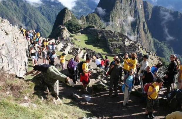 Nhiều du khách cảm thấy khó hiểu liệu người đàn ông này có phải là một phần của tàn tích Inca.