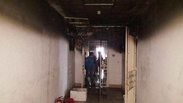 Căn hộ xảy ra hỏa hoạn bị khói ám đen tường.