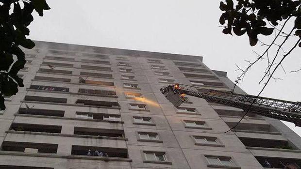Lực lượng cứu hỏa dùng xe thang để dập lửa.