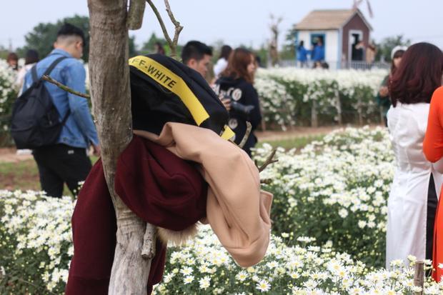 Những bộ quần áo ấm mùa đông bị vứt ra một góc, treo lên thân cây. Ảnh: Mai Anh