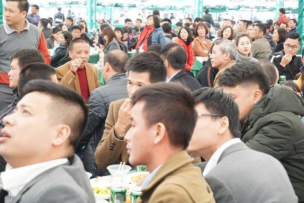 Trưa 26/11, thời tiết ngoài trời ở Hà Nội khá lạnh do ảnh hưởng của đợt không khí lạnh tăng cường. Thế nhưng, hàng nghìn người dân ở Thủ đô vẫn kéo nhau rất đông đến sân vận động để uống bia miễn phí.