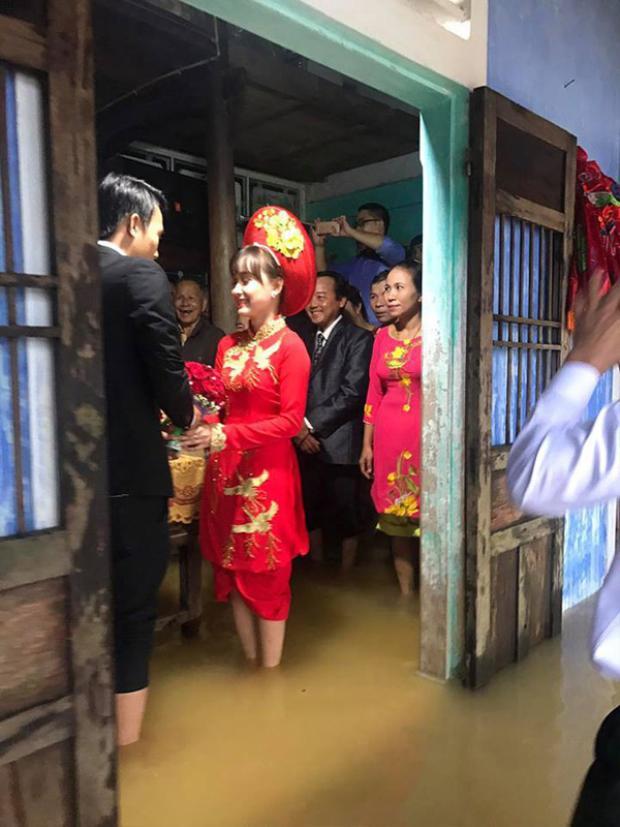 Đám cưới mùa lũ: Chú rể tháo hết giày xắn quần đến đầu gối, cô dâu mặc áo dài với quần đùi