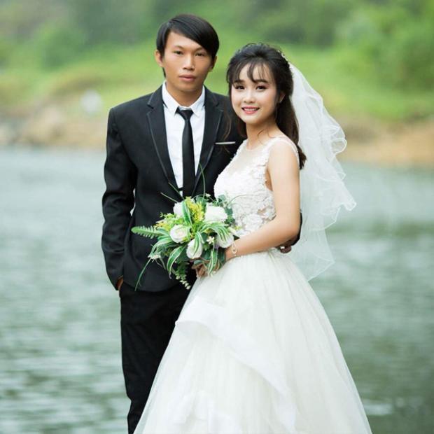 Cặp đôi tổ chức hôn lễ giữa ngày mưa lữ khiến dân mạng xôn xao.