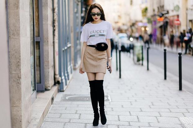 Sau đó, trong buổi chụp ảnh tại Paris cho một tạp chí thời trang nổi tiếng do nhiếp ảnh gia Anh Huy Phạm thực hiện, hoa hậu gốc Nam Định cũng diện chân váy mini cùng áo phông đơn giản.
