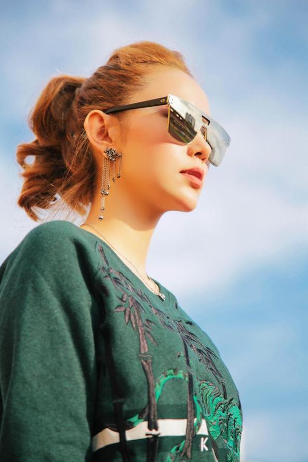 Minh Hằng nhìn rất khí chất với chiếc kính mắt vuông của Dior.