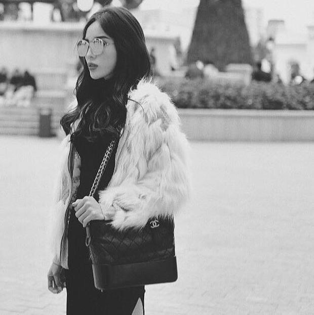 """Và thêm một lần nữa, Duyên chụp ảnh cùng chiếc túi này và áo khoác lông ấm áp trước khi rời Hà Nội. Có thể thấy, cô nàng khá cưng chiều chiếc túi Chanel Gabrielle khi cho """"em nó"""" xuất hiện tới 2 lần chỉ trong vài ngày."""