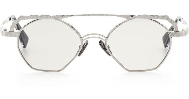 Chiếc kính có gọng mảnh, kiểu dáng lạ mắt của Kuboraum.