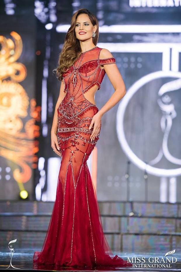 Ngoài HLV The Look, tại cuộc thi Miss Grand International 2017, thí sinh Yoana Don, đại diện đến từ Argentina đã lựa chọn là một mẫu đầm xuyên thấu gợi cảm này. Thiết kế đính kết cầu kỳ giúp nàng hậukhoe trọn lợi thế vóc dáng nóng bỏng. Nhờ có thiết kế này của Đỗ Long mà Yoana Don đã có phần trình diễn xuất sắc tại cuộc thi.