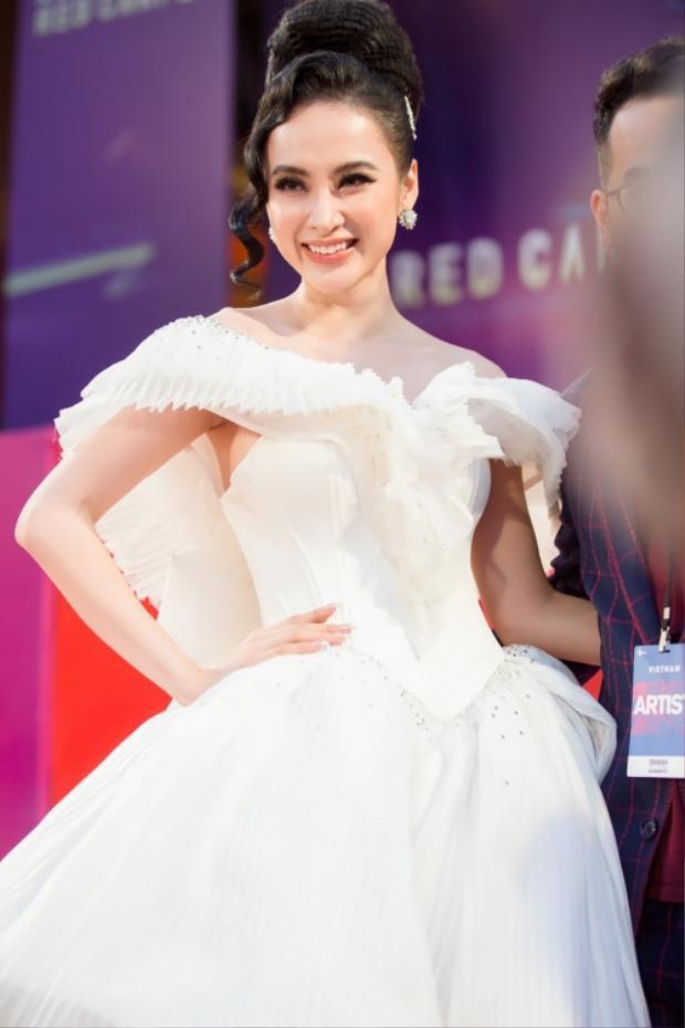 Với chiếc váy đã quá nổi bật, Angela Phương Trinh chọn tone trang điểm nude sang trọng. Cô nàng nhấn vào đôi mắt được trang điểm kỹ tạo chiều sâu cuốn hút.