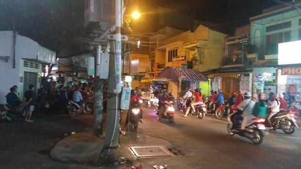 Đến khuya cùng ngày, tại hiện trường vụ việc nhiều người dân vẫn chưa hết bàng hoàng, bàn tán về vụ việc - (Ảnh: Facebook Thành Tâm).