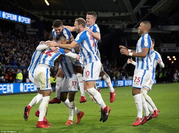 Trước đó, Huddersfield Town có dịp ăn mừng khi Otamendi tự đốt lưới nhà ở những phút cuối hiệp 1.