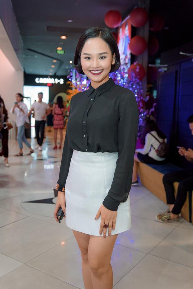 """Khó có thể tin được Miu Lê chọn bộ trang phục """"công sở"""" để xuất hiện tại một sự kiện giải trí. Trang phục dành cho các chị, các mẹ dường như khiến người đẹp Vbiz trở nên lạc lõng ở buổi tiệc."""