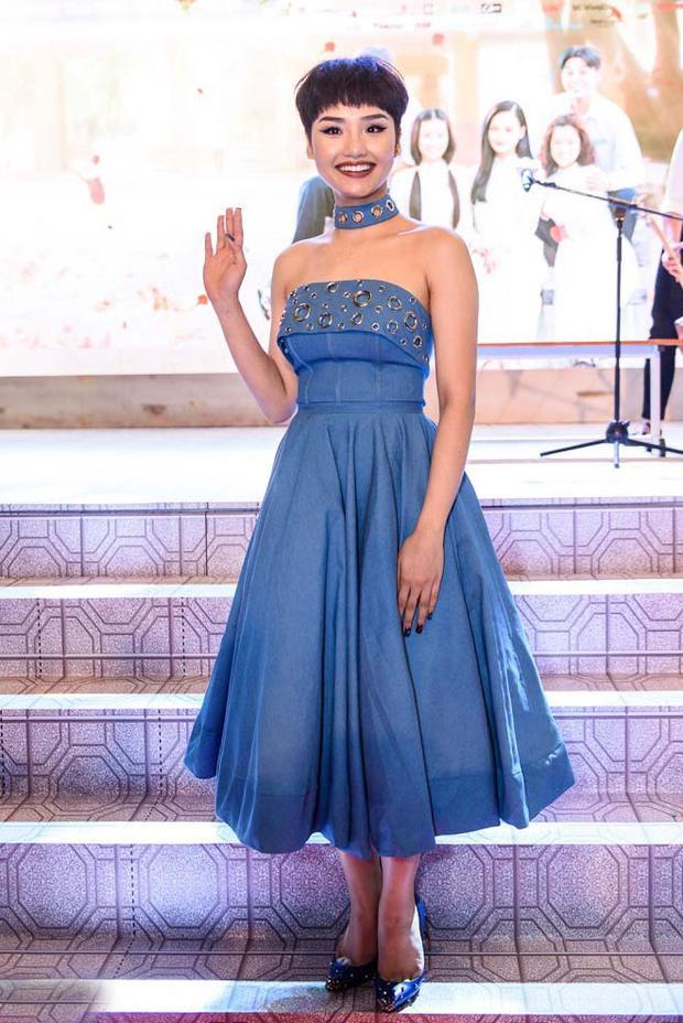 Miu Lê không có chiều cao lý tưởng để diện những chiếc váy xòe rộng thế này. Cô nàng nhìn như một cây nấm lùn di động.