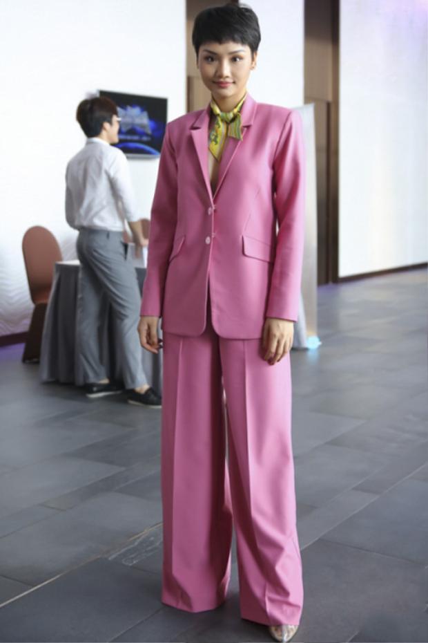 Cũng là mốt diện suit không nội y mà sao Miu Lê lại nỡ ăn mặc thế này? Người ta thường chọn suits tối màu để diện kiểu này cho sang thì Miu Lê lại chọn màu hồng cho sến. Thêm chiếc khăn vắt vẻo trên cổ, nhìn Miu Lê thực sự rất giống vai bà nội mà cô từng đóng.