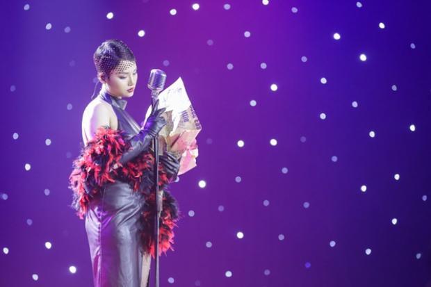 Đến tập hai cũng trong game show này, Miu Lê lại mạnh dạn diện váy da bó sát khi cơ thể thực sự chưa phù hợp với kiểu váy này.