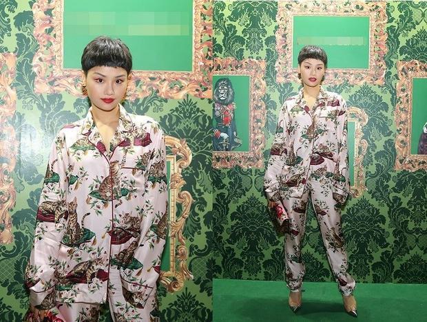 Trong sự kiện của D&G mới đây, Miu Lê không ngần ngại diện nguyên một bộ đồ ngủ đến và tạo dáng chụp hình cực ngầu. Trên tay cô nàng là chiếc clutch ton sur ton tuyệt đối với bộ cánh hoa lá. Cảm thấy phải dành một lời khen cho sự dũng cảm của Miu Lê.