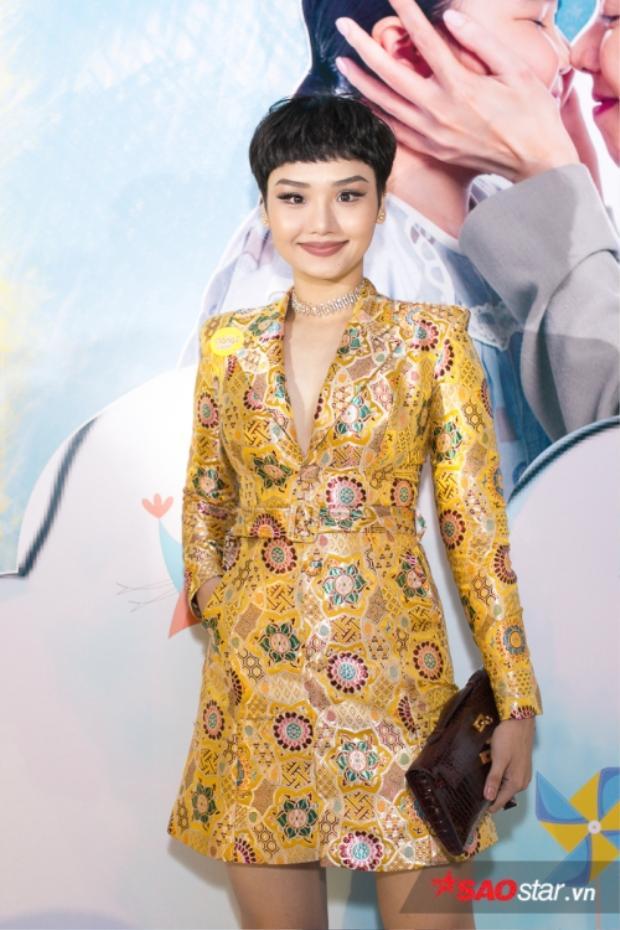 Trong một sự kiện khác, Miu Lê mặc chiếc đầm chất liệu cứng và phom dáng thì quả thật rất già nua.