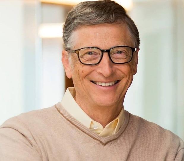 """Là con của người sáng lập của tập đoàn Microsoft, nhưng ba người con của Bill Gates lại không được phép sử dụng smartphone và máy tính bảng cho đến khi bước sang tuổi 14. Và dù đã """"đến tuổi"""" được đụng vào thiết bị công nghệ, chúng vẫn phải tuân theo nguyên tắc mà bố đặt ra. Thứ nhất, chỉ được sử dụng chúng để phục vụ mục đích học tập hoặc giao lưu, trò chuyện với bạn bè. Thứ hai, không được sử dụng thiết bị điện tử trong bữa ăn hoặc trước khi đi ngủ. Thứ ba, bố mẹ hoàn toàn có quyền hạn chế thời gian sử dụng thiết bị công nghệ của con cái."""