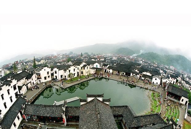 Long Môn là một trấn cổ nằm ở phía Tây Nam Hàng Châu, với các công trình kiến trúc cổ được xây dựng thời nhà Minh - Thanh. Phí tham quan khoảng 280,000/người.