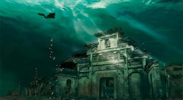 Trấn cổ Sư Thành 1,300 tuổi đẹp ngỡ ngàng, gần như nguyên trạng. Du khách phải lặn xuống sâu tối thiểu 28m mới chiêm ngưỡng được các công trình được chạm khác tinh xảo này. Phí tham quan là 500,000 - 1,000,000/người tùy theo mùa.