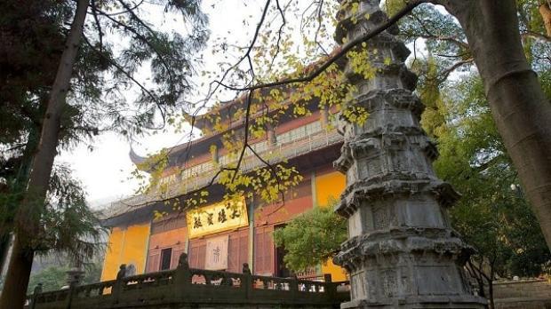 Chùa Linh Ẩn, ngôi chùa cổ nhất thế giới với 2,000 tuổi. Phí tham quan khoảng 95,000/người.
